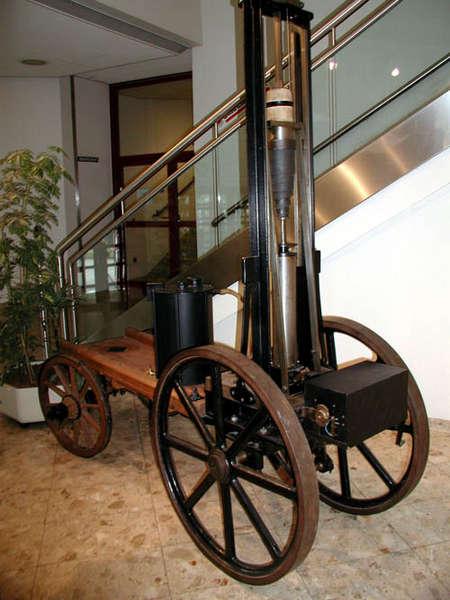 Der rekonstruierte Siegfried Marcus Wagen im Foyer der Berufsschule
