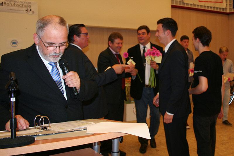 Landesschulinspektor Ernst Reiffenstein, Berufsschulinspektor Thomas Bäuerl und BDS Jürgen Kugler, BEd bei der Überreichung der Diplome des Stadtschulrates.