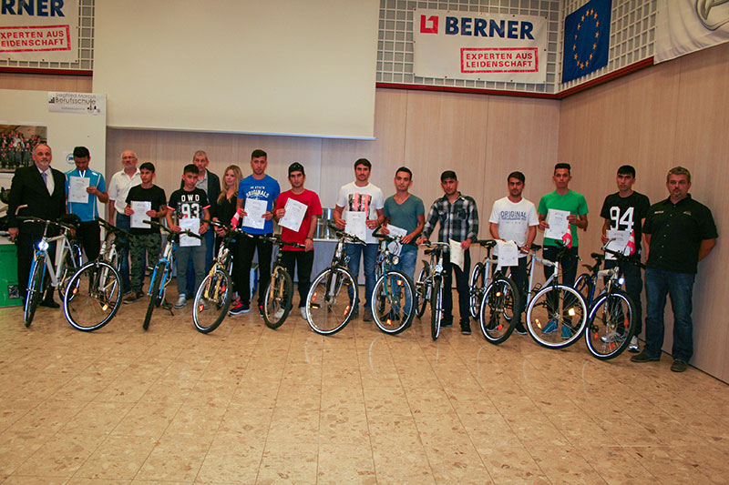 OSR Dir. Markus Fuchs und sein Team bei der Fahrradübergabe an die jungen afghanischen Schüler