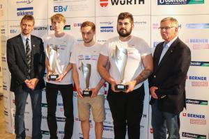 Vlnr.: IM Ing. Georg Ringseis, Daniel ZAUNER (2. Platz); Rene SULZER (3. Platz), Mihael PEJIC (1. Platz), Bildungsreferent Manfred Kubik
