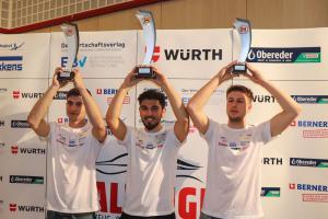 Vlnr.: Michael WAGNER (2. Platz), Emre YÜKSEL (1. Platz), Julian BELLAK (3. Platz)