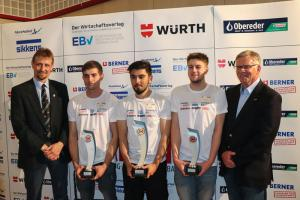 Vlnr.: IM Ing. Georg Ringseis, Michael WAGNER (2. Platz),Emre YÜKSEL (1. Platz), Julian BELLAK (3. Platz), Bildungsreferent Manfred Kubik